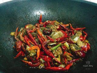 椒盐小龙虾(非油炸版),大火继续炒至冒烟