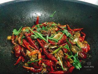 椒盐小龙虾(非油炸版),最后撒上椒盐香菜即可