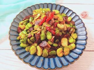 香肠炒蚕豆,成品图