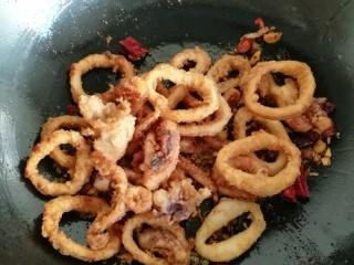 鱿鱼两吃——甜辣鱿鱼&炸鱿鱼,倒入炸好的鱿鱼,把火调到最小。快速倒入碗里提前备好的蚝油面酱汁。