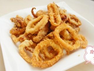 鱿鱼两吃——甜辣鱿鱼&炸鱿鱼,炸鱿鱼做好了,可以上桌开吃了。 要想吃甜辣孜然鱿鱼的继续往下……