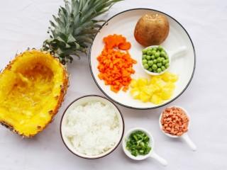 色彩缤纷的菠萝炒饭,🍒准备材料🍒:菠萝1个、米饭1碗、豌豆30g、胡萝卜30g、鲜香菇1朵、火腿30g、香葱适量、油适量、盐适量。 🍃🍃🍃🍃🍃🍃🍃🍃🍃🍃