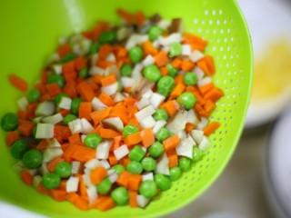 色彩缤纷的菠萝炒饭,沥干水分。
