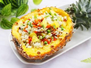 色彩缤纷的菠萝炒饭,颜值超高!