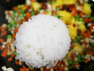 色彩缤纷的菠萝炒饭,转最小火加入米饭翻炒均匀。