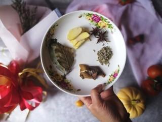 连骨头也不放过——秘制酸辣鸡爪,汤底料:香叶,生姜片,八角,小茴香,陈皮,桂皮。