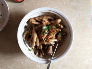 连骨头也不放过——秘制酸辣鸡爪,撒入香菜叶,轻轻搅拌翻匀。