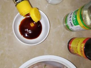 连骨头也不放过——秘制酸辣鸡爪,调酱料,拿个碗倒入小半碗酱油。