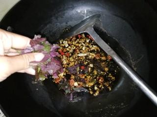 连骨头也不放过——秘制酸辣鸡爪,放入紫苏叶,加约3勺清水,汁开后关火,酱汁晾凉。