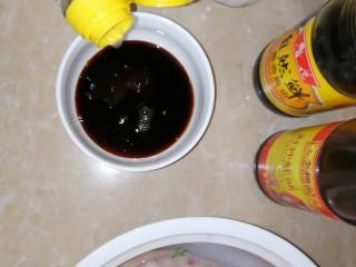连骨头也不放过——秘制酸辣鸡爪,倒小半碗醋,搅拌均匀。