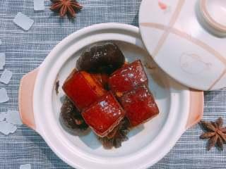 红烧肉,也可以把做好的红烧肉盛到小砂锅里,随吃随热,跟刚做出来的一样好吃~