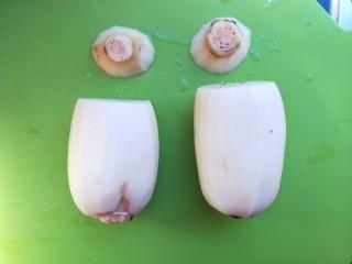 红糖糯米藕,藕削皮,洗干净,然后两头各切掉大约5厘米一段当盖子。