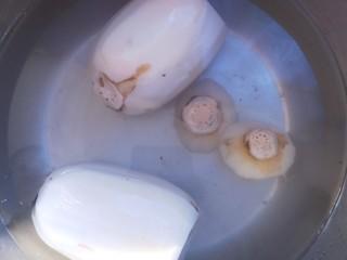 红糖糯米藕,藕眼里可能还会有泥,泡水里泡一会,把里面也洗干净。
