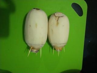 红糖糯米藕,然后把切下来的盖子用牙签固定上去。