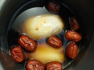 红糖糯米藕,把藕放高压锅里,加入红糖。多晶冰糖。水,红枣。煮30分钟。
