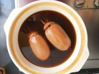 红糖糯米藕,煮好后捞出,改为砂锅,没有砂锅用炒锅也行。用最小火再炖煮20分钟。