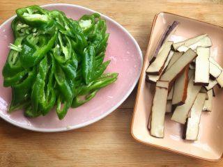 螺丝椒炒豆干,螺丝椒切丝,豆干切片。