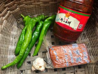 螺丝椒炒豆干,食材准备好。
