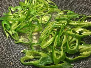 螺丝椒炒豆干,把螺丝椒放入炒软。