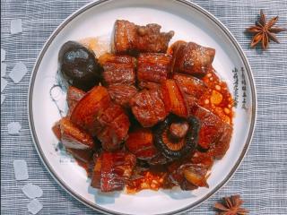 红烧肉,完成~外观酥而有型,口感肥而不腻! 一定要一大口把肥瘦肉都吃进嘴里,这样才能品尝到不同层次的口感,超级好吃呀!