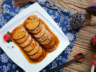 红糖糯米藕,摆入盘中,把红糖汁淋上去。喜欢吃糖桂花的朋友,可以淋上糖桂花。