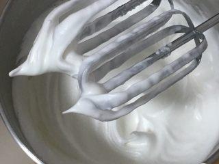 蔓越梅玉枕蛋糕,再搅打50圈,打蛋头上出现直立的小尖峰。