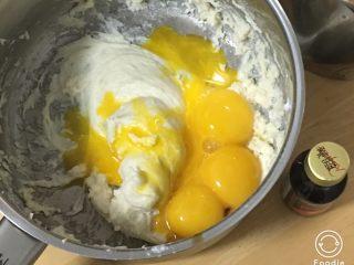 蔓越梅玉枕蛋糕,加入蛋黄和香草精。