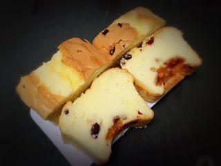 蔓越梅玉枕蛋糕,切开可以品尝,蛋糕细腻柔软。