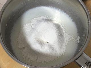 蔓越梅玉枕蛋糕,过筛低筋粉,也用打蛋器低速搅拌至糊状。
