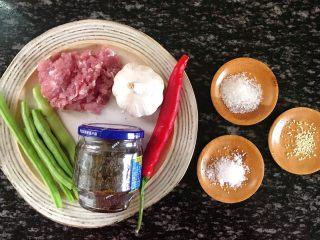 橄榄菜四季豆炒肉末,食材准备:  四季豆500克 猪肉100克 大蒜3-5瓣 橄榄菜200克 红辣椒1根 色拉油适量 白砂糖10克 食盐10克 鸡精5克