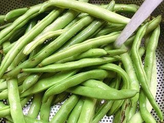 橄榄菜四季豆炒肉末,食材处理(一):  将四季豆先用清水冲洗干净表面的污垢