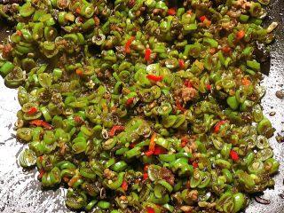 橄榄菜四季豆炒肉末,翻炒均匀就好啦 (鸡精可放可不放 也可以用味精代替)