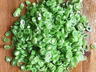 橄榄菜四季豆炒肉末,然后切成如图一样大小的小段