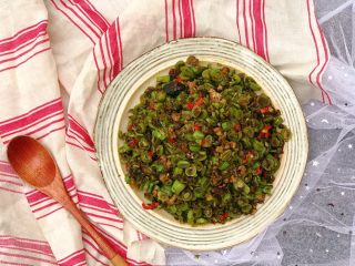 橄榄菜四季豆炒肉末,一盘虽然颜值不怎么高但绝对很下饭的橄榄菜豆角炒肉末就完成了✅(阴天拍摄估计也有影响)
