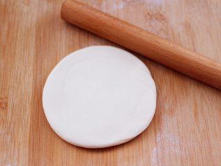 卤肉夹馍,用擀面杖擀成圆形薄面饼。