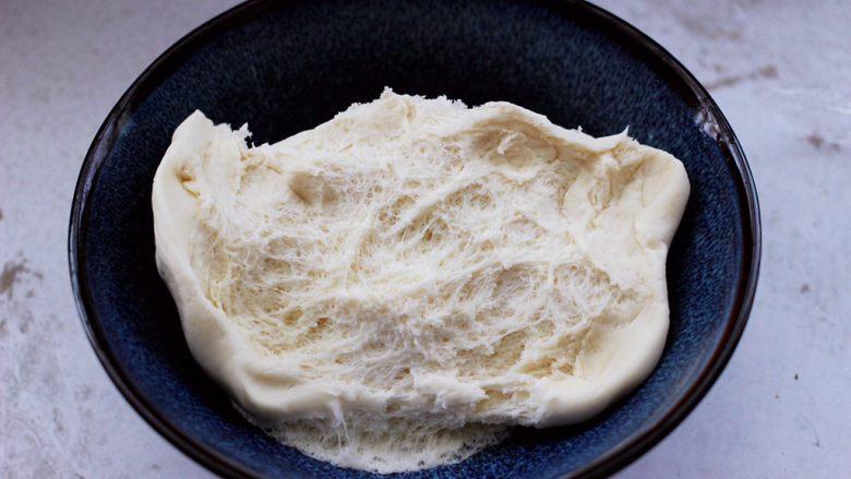 卤肉夹馍,醒发好的面团组织是呈蜂窝状的。