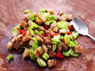 卤肉夹馍,把切丁的青红椒和卤肉丁用勺子翻拌均匀备用,加点香菜味道会更好吃哈。