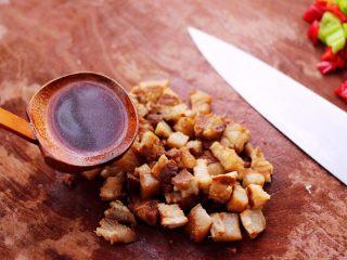 卤肉夹馍,我喜欢卤肉汤的味道,所以在卤肉里,加点卤肉汤,这样味道更足。