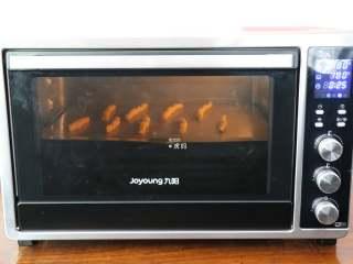 自制磨牙棒,放入预热好的烤箱中层,180度烤25分钟左右,表面呈金黄色即可出炉;
