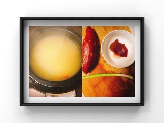 猪肝小米青菜粥,小米适量提前泡30分钟,红薯1个,猪肝25g,蒜苗1束!