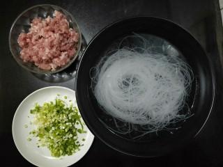 肉沫粉丝包,准备食材:猪肉馅,葱花,粉丝提前用水泡软。