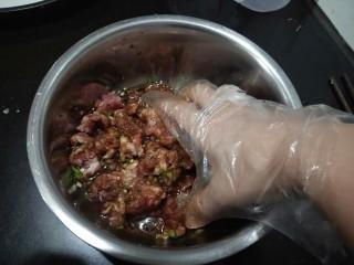 肉沫粉丝包,可以用筷子顺时针搅拌。我习惯用手抓匀,顺便可以抓开粘连得肉块。