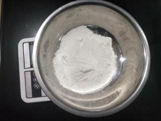 肉沫粉丝包,称重面粉,150克。