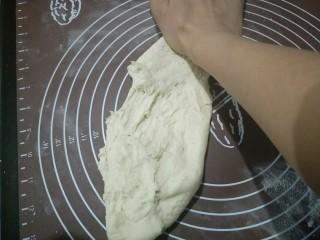 肉沫粉丝包,开始揉面,用掌根用力往前搓开,再折叠回来,再搓出去。如此反复。