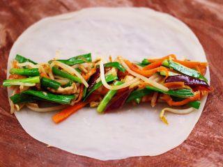 三丝春卷~饺子皮版,把炒好的三丝,铺到蒸熟的春卷皮上。
