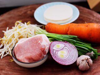 三丝春卷~饺子皮版,首先备齐所有的食材,绿豆芽和韭菜摘洗干净。