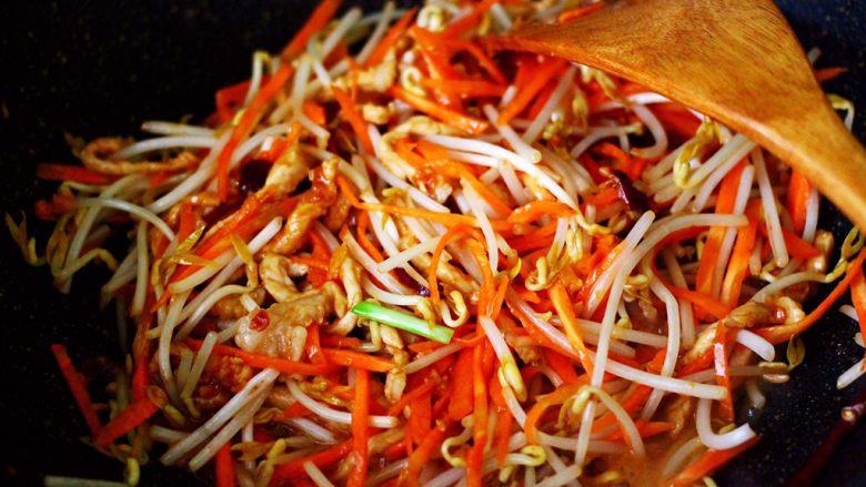 三丝春卷~饺子皮版,加入胡萝卜丝和绿豆芽,大火继续翻炒均匀。