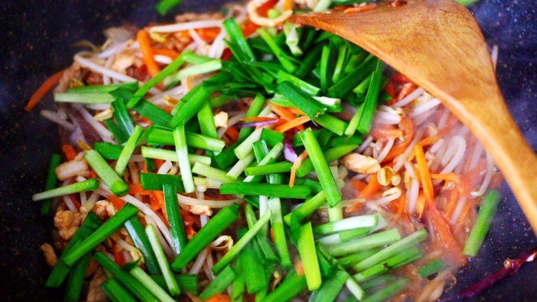 三丝春卷~饺子皮版,大火继续翻炒至食材变软,加入切段的韭菜。