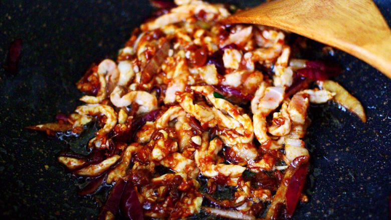三丝春卷~饺子皮版,大火继续翻炒片刻,看见猪肉变色的时候。