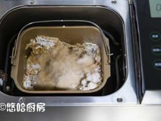 红糖黑啤酒面包,开动面包机的和面功能,一个程序下来30分钟,看到面粉成团后放盐,余下的面包机自动运行
